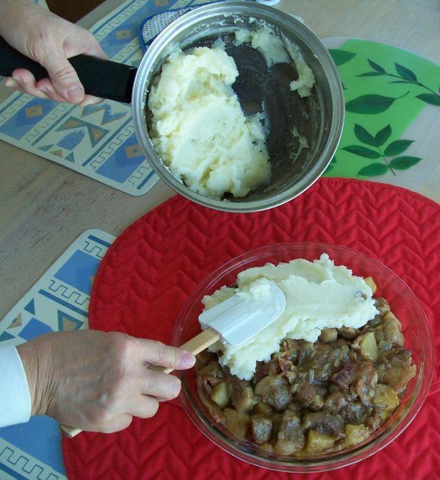 世界在我們的餐桌上 58-3上層覆蓋上調合好的馬鈴薯泥